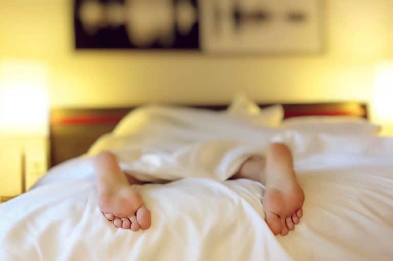 nackt schlafen, besser schlafen, mit oder ohne schlafanzug schlafen, ist nackt schlafen gesund, mit freiem oberkörper schlafen